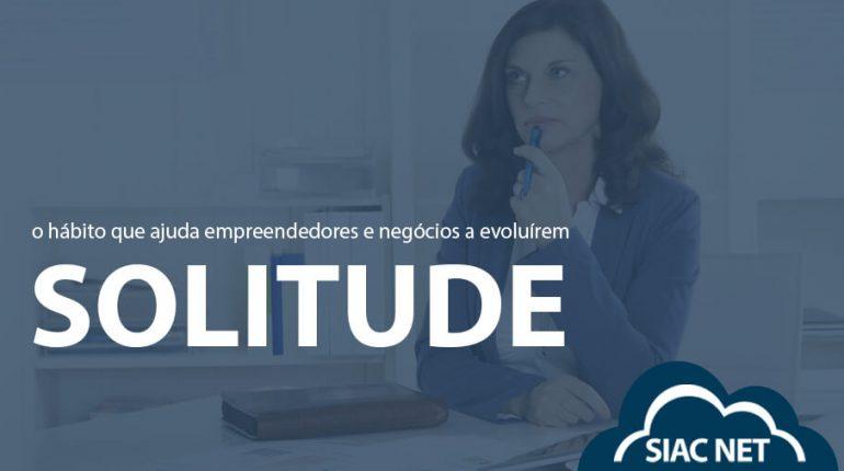 """Mulher pensativa com uma caneta nas mãos e título: """"Solitude, o hábito que ajuda empreendedores e negócios a evoluírem"""""""